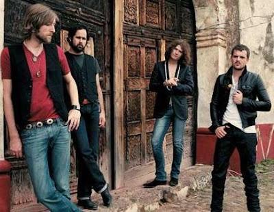 Foto del grupo The Killers posando al aire libre