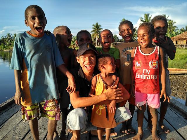 Bersama Anak-Anak Tercinta di Dermaga Kampung Biopis