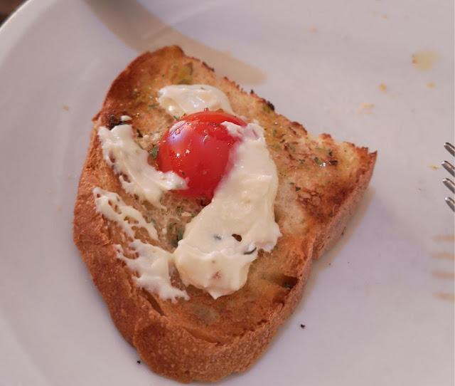 Bruschetta di pane casereccio con pomodori e ricotta