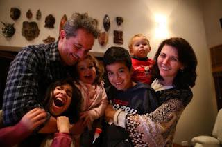 http://zh.clicrbs.com.br/rs/vida-e-estilo/noticia/2015/08/quatro-irmaos-sao-adotados-pela-mesma-familia-em-farroupilha-4825216.html