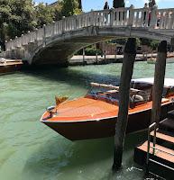 Avant en bois des taxi-bateaux de Venise