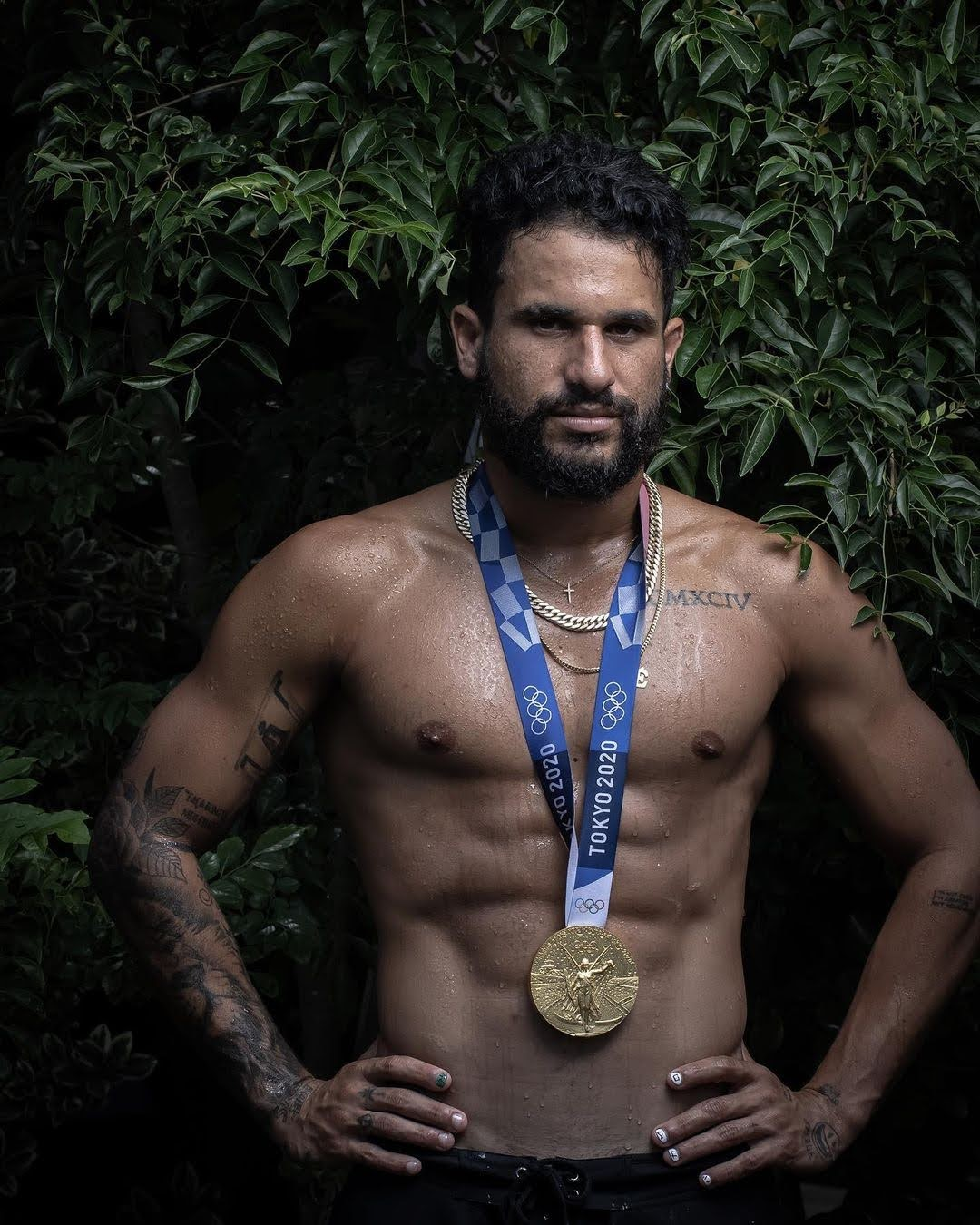 Surfista Italo Ferreira posa sem camisa para ensaio a medalha olímpica. Foto: Jonne Roriz