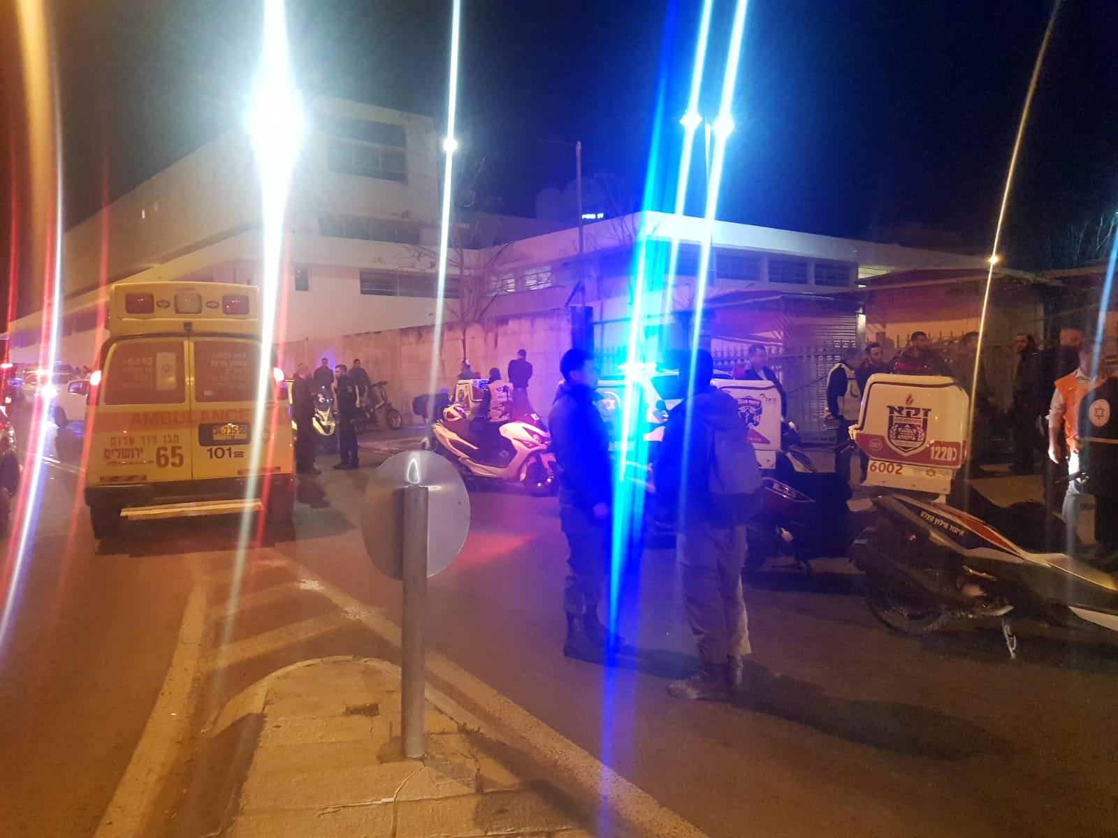 Drošības dienesti un mediķi pārpildīja naksnīgo ielu, kura auto iebrauca cilvēku pūlī