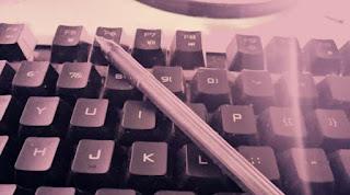 Gambar keyboard dan pensil