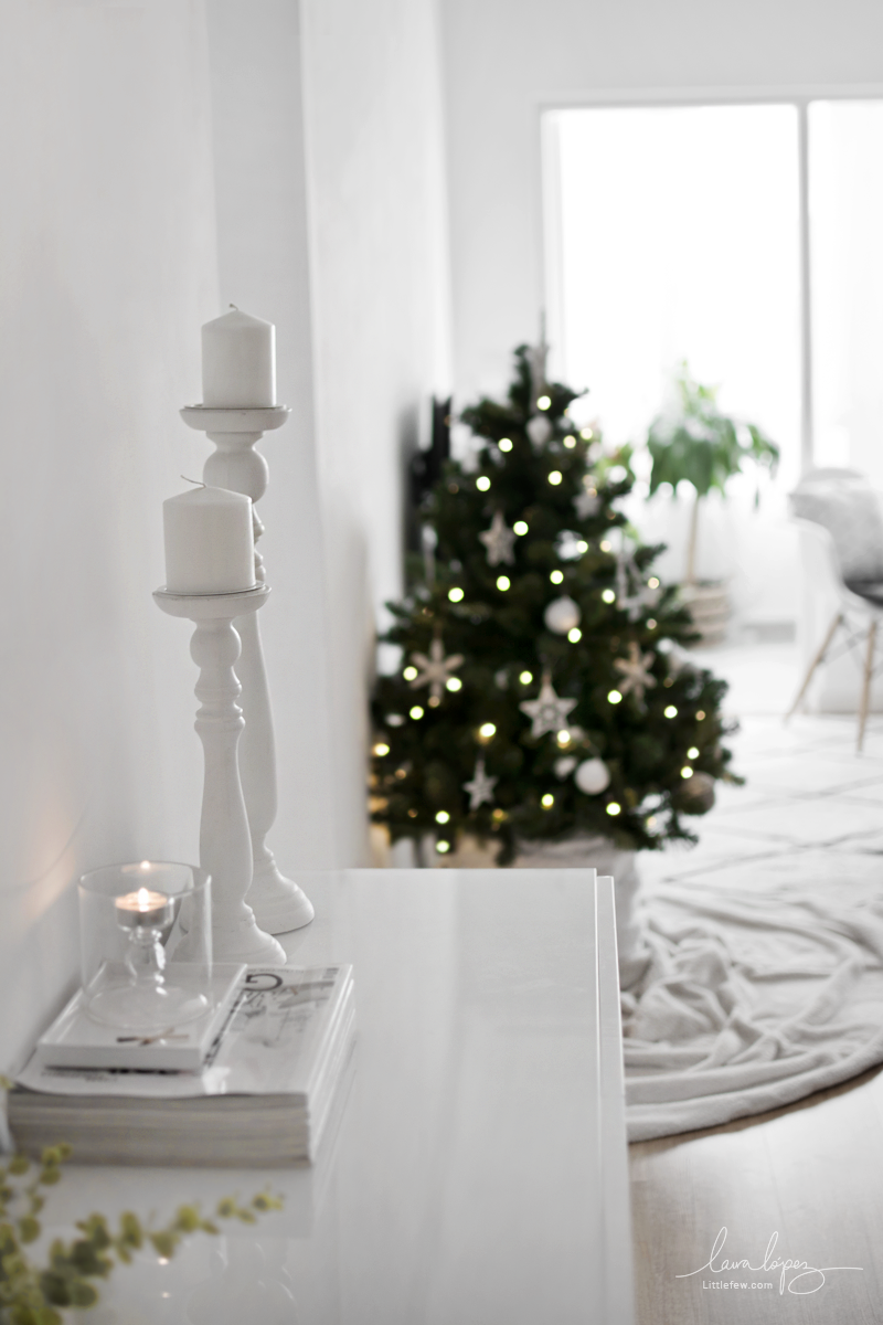 Nordic style Christmas tree and minimal decoration for living-room / Árbol de Navidad de estilo nórdico y decoración minimalista para el salón