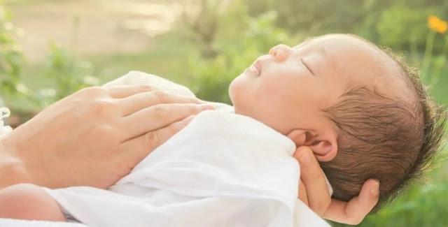 Cara Merawat Bayi yang benar dan Sehat dengan membawa bayi berjemur