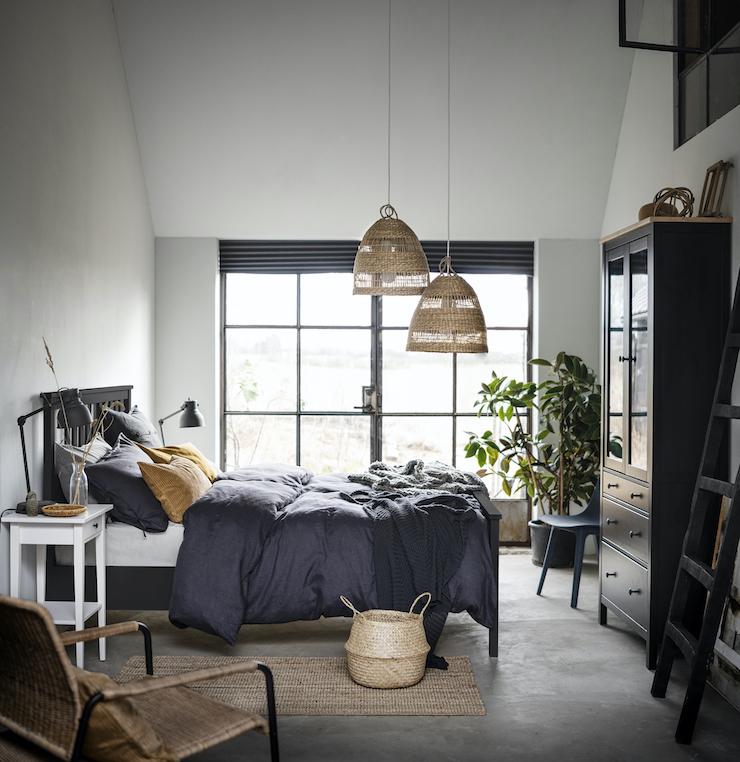 Nuevo catálogo IKEA 2021 dormitorios: dormitorio con cama y serie de muebles HEMNES.