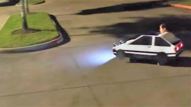 Alih-alih Membuat Dirinya Mirip Takumi Fujiwara, Cosplayer Kreatif Ini Membuat Tiruan Mobil AE86!