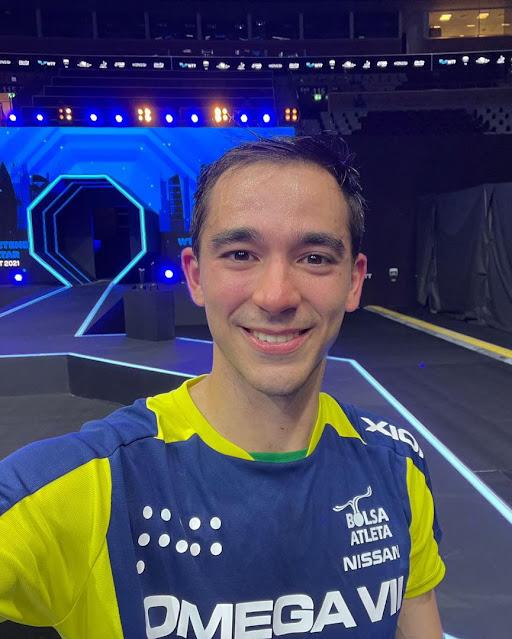 Hugo Calderano sorri para a câmera