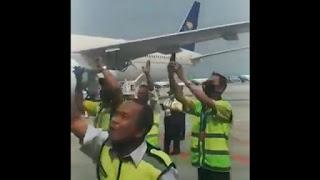 Luar Biasa! Petugas Bandara Soetta IKut Menyambut HRS Dengan Lantunan Shalawat
