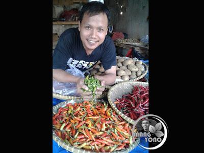 Foto pedagang pasar Pabuaran Mang Mansur Bin Anen.