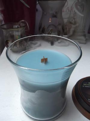 vonná sviečka s dreveným knotom