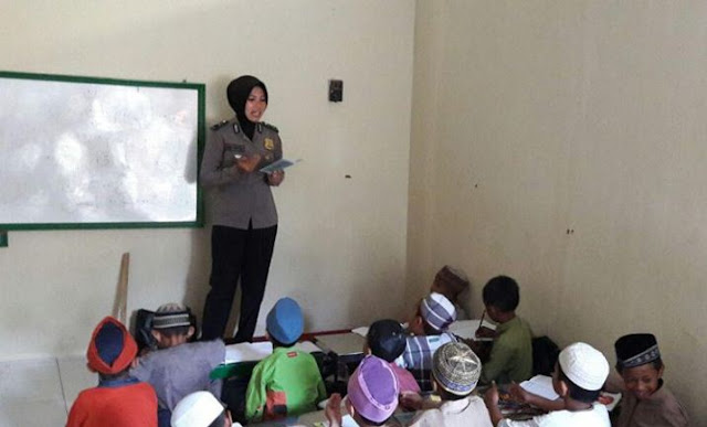Polwan Cantik Mengajar Ngaji di Masjid Tua Kota Palopo