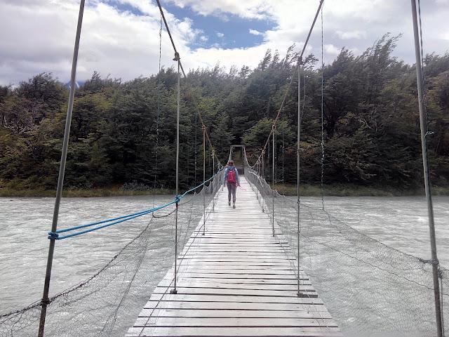 Puente sobre el río Pingo hacia el lago Grey, Torres del Paine