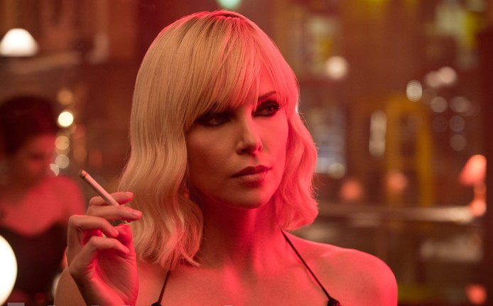 "Charlize Theron sensual e letal no trailer de ""Atômica"""