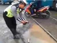Kocak Kali!!! Polisi Ini Protes Jalan Rusak Dan Taruh Ikan Lele