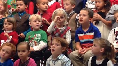 Claire canta en lengua de signos para sus padres sordos