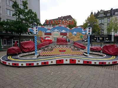 """Geschlossenes Karussel """"Fantasia"""" am Bahnhof Oberbarmen. Aufgenommen anlässlich der Wikicon 2019."""