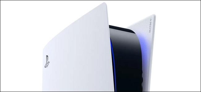 a ps5 يعمل بضوء أزرق متوهج