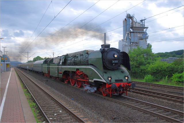 Rheingold-Express mit 18 201