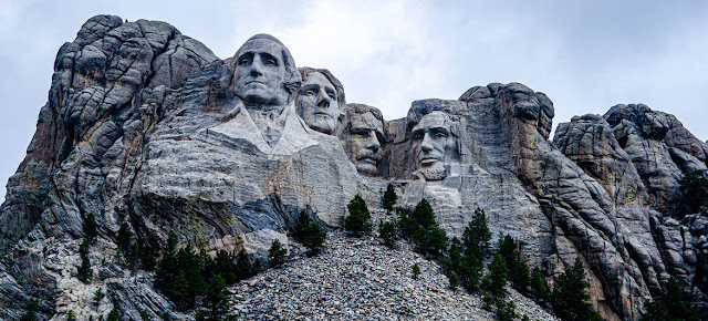 Expertos en derechos humanos manifestaron alarma por las acusaciones contra un lídere indígena que protestaba contra el presidente Donald Trump en el monumento Mount Rushmore, en Dakota del Sur.Unsplash/Jeromey Balderrama