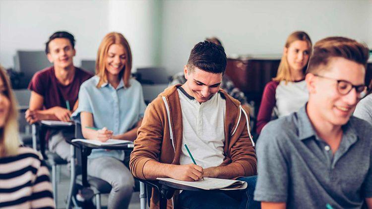 Estudiantes de preparatoria alistándose para estudiar ingeniería química