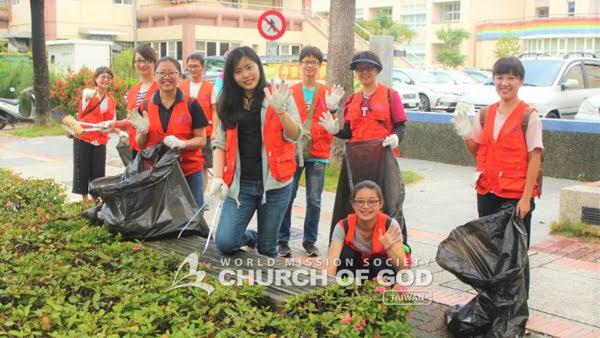 因在工作之餘而參與志願清潔活動的上班族聖徒們
