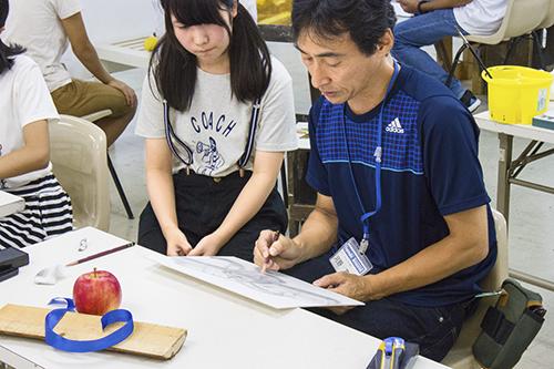 横浜美術学院の中学生教室 美術クラブ 「夏休み美術教室。」デッサン課題の加筆指導風景