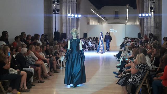 Lola Laumar rindió homenaje al vestido negro de Chanel