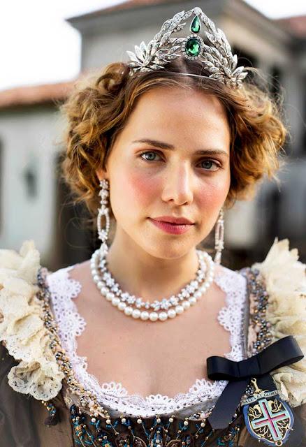 Leopoldina (Leticia Colin) Coroa e jóias