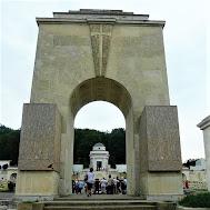 Cmentarz Orląt - Pomnik Chwały z uwięzionymi lwami - fot. twojahistoria.pl/