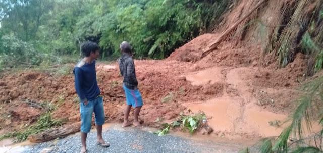 Jalan Provinsi Tarutung-Sipahutar Tertimbun Longsor,  Akses Jalan Lumpuh Total