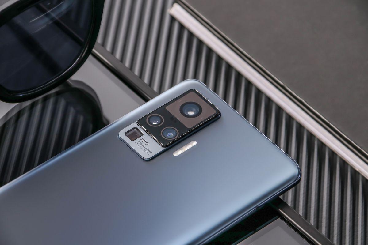 فيفو تكشف رسمياً عن سلسلة هواتف X50 بدعم مثبت احترافي للكاميرا الرئيسية