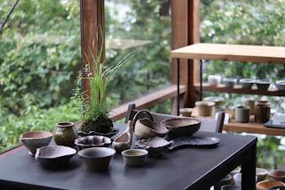 ホソバタムラソウの咲いた山野草盆栽といろいろな山野草鉢と陶盤