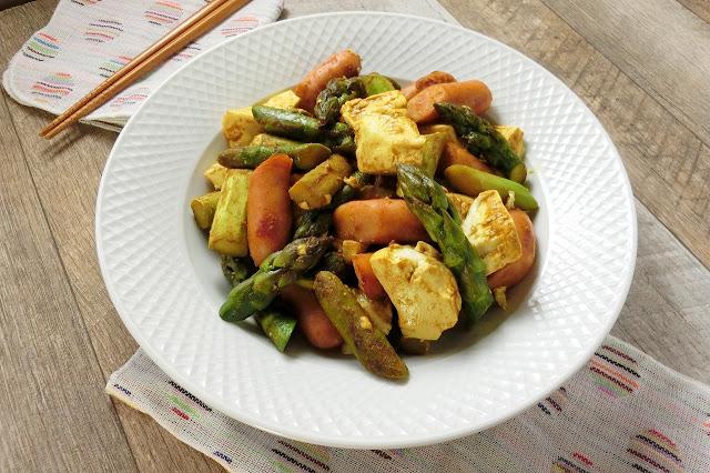 豆腐入りでボリュームアップ!カレー味のアスパラガスとウィンナー炒め