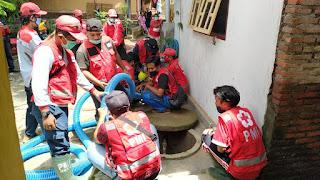 PMI Jember Lakukan Normalisasi Sumur dan Relawan Bagikan Sembako