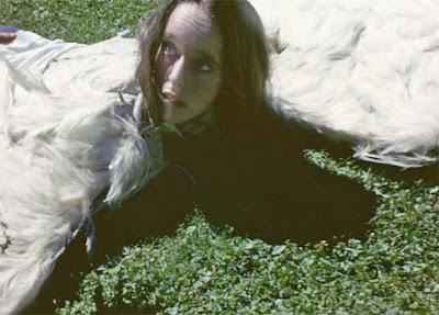 Виктория Чаплин изображает крылатую девушку из фильма The Freak - 5