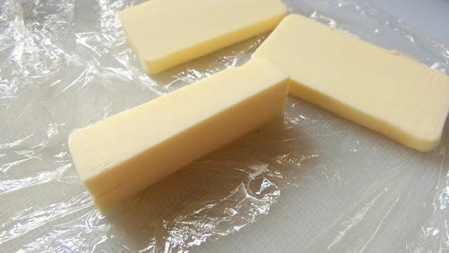 生地で包むバターを格子状に切って冷蔵庫に入れておく