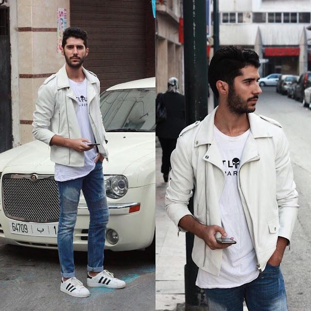 Look masculino com tênis adidas superstar branco, jaqueta branca de couro, e calça jeans
