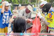 Hari Pertama Ramadhan, Kasat Lantas Polres Pinrang Pimpin Personil Bagikan Ta'jil ke Warga