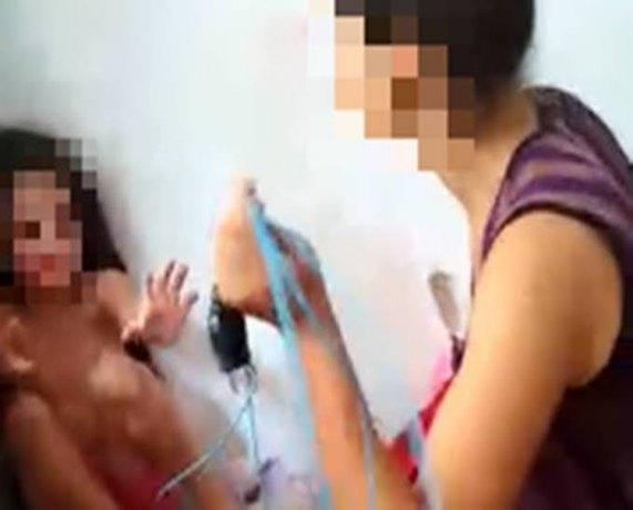 CRUEL: Mãe é presa por agredir a filha de 12 anos com fio elétrico e cipó