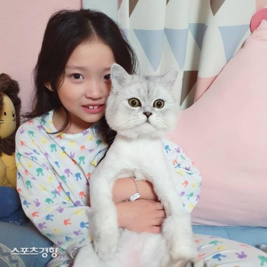 Çocuk oyuncu Goo Sarang kamera önünde kedisine vurduğu için özür diledi