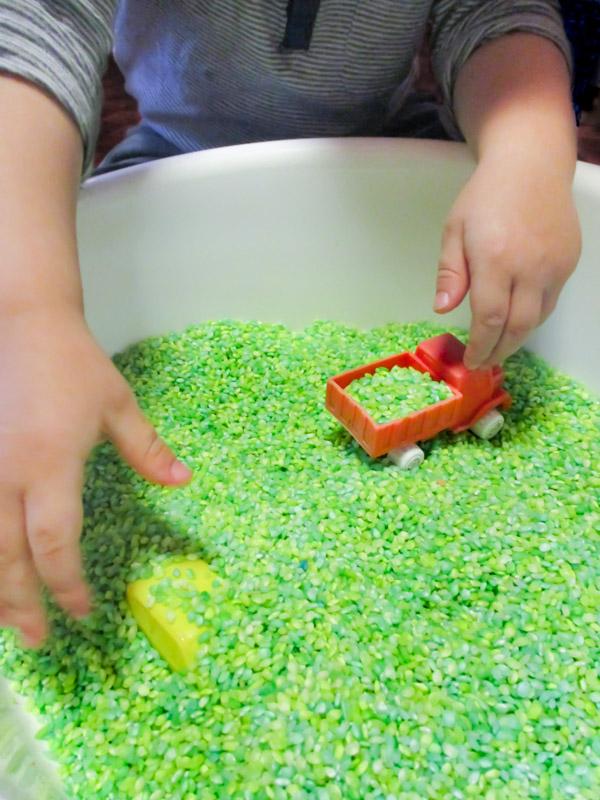 Vapaata leikkiä värjätyllä riisillä