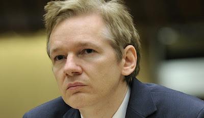 """Biografi Julian Assange - Pendiri Wikileaks.com           Biodata   Nama : Julian Paul Assange  Tempat/ Tanggal Lahir : Townsville, Queensland, Australia / 3 Juli 1971  Ibu : Christine Assange  Anak : Daniel Assange  Profesi : Pendiri, Pemimpin, Juru Bicara Wikileaks  Biografi   Julian Assange memiliki kenangan yang tidak mengenakkan saat masa kecilnya. Ibunya menikah lagi dengan seorang musisi New Age. Ia tidak mendapatkan kasih sayang oleh ayah barunya tersebut. Homeschooling sudah tidak asing lagi bagi Assange. Saat umurnya menginjak 16 tahun, ia sudah bekerja sebagai hacker. Bersama teman-temannya, ia mendirikan Internasional Subversives. Mereka """"mencuri"""" data-data penting dari situs-situs tersebut.  Pada tahun 2006, Assange dan 5 temannya resmi meluncurkan Wikileaks. Namun, hanya Julian Assange-lah yang dikenali sebagai petinggi Wikileaks. Tujuan awal Wikileaks adalah untuk membongkar kelakuan perusahaan yang buruk, dan membongkar tindak pidana korupsi. Motto Wikileaks sebenarnya mulia, yaitu """"Transparansi menciptakan kehidupan lebih baik bagi semua masyarakat. Pengawasan yang baik akan mengurangi korupsi dan memperkuat demokrasi di semua institusi sosial, termasuk pemerintahan, perusahaan dan organisasi lainnya,"""".  Wikileaks merupakan situs gratis dan sukarela. Assange dkk tidak dibayar untuk situs tersebut. Melainkan dibayar oleh pengunjung situs atau diberi bantuan sukarela. Wikileaks telah berhasil membongkar kasus korupsi"""