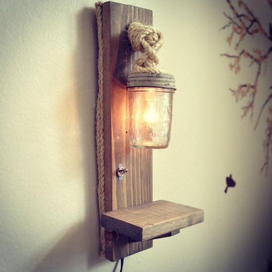 Desain lampu dinding dari kayu pallet bekas