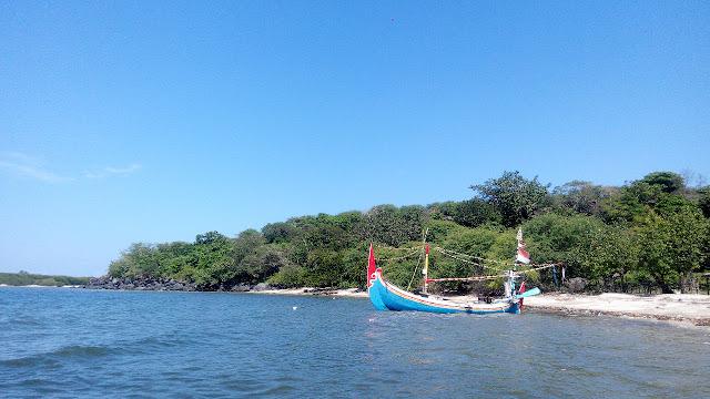 Berwisata ke Pantai Lempuyang di Kabupaten Situbondo