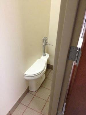 Cloison entre WC pas très réglementaire !