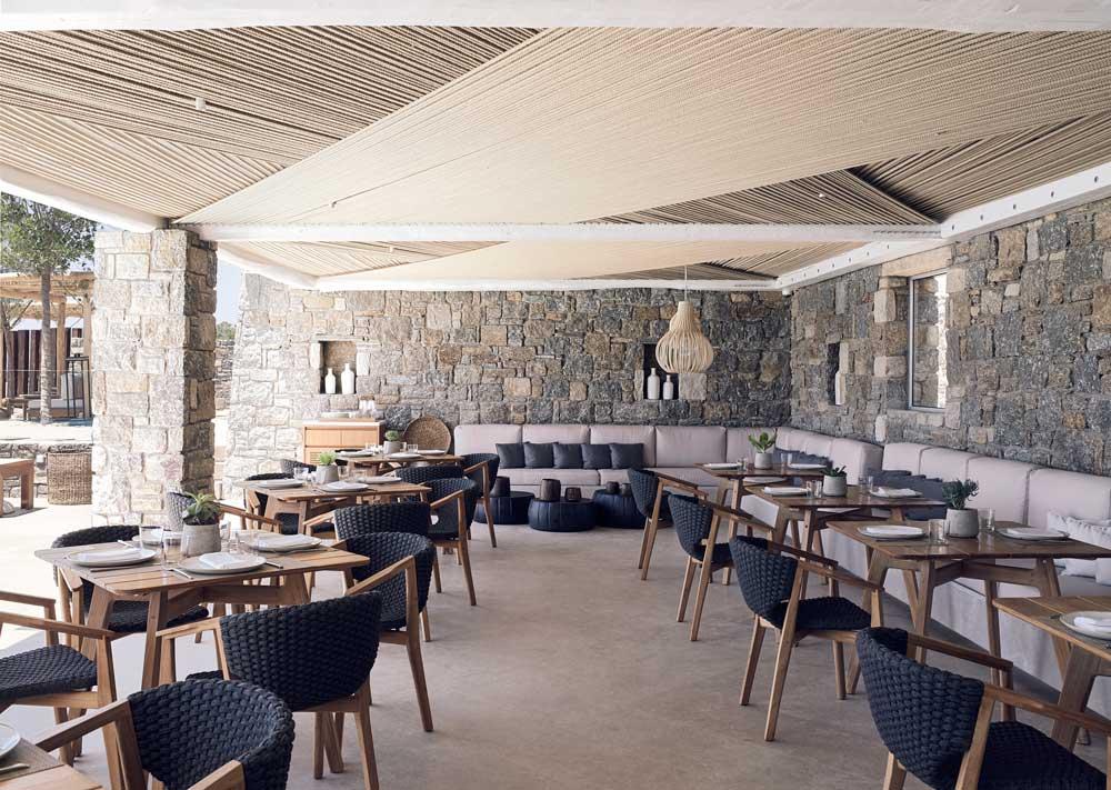 poltroncine e i tavoli dining Knit arredano il ristorante a bordo piscina