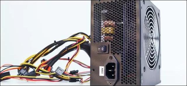 Una unidad de fuente de alimentación y sus cables para una PC de escritorio.
