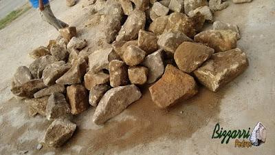 Pedra para calçada de pedra, tipo pedra moledo chapada, com espessura de 7 cm a 20 cm com essa cor de pedra amarelada.